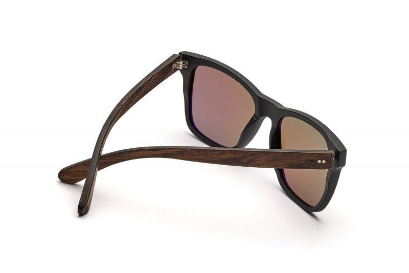 Iron Heinrich schwarze Wayfarer Holz-Sonnenbrille TAKEASHOT Seitenansicht